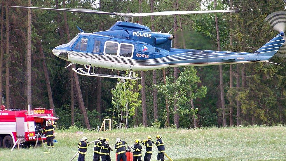 Zásah vrtulníku při požáru v lese na Maloskalsku.