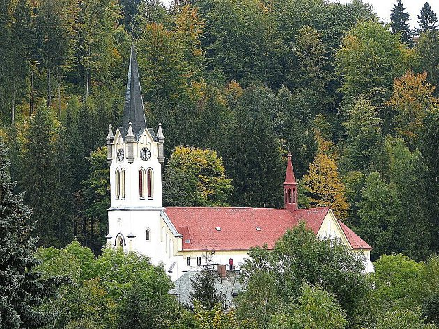 Kostel v Josefově Dole je zasvěcen Proměnění Páně.