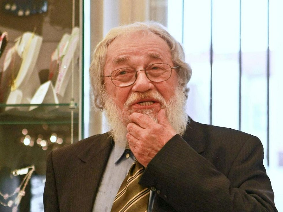 SLAVNOSTNÍ VERNISÁŽE v jabloneckém Muzeu skla a bižuterie se v pátek zúčasnil Milan Votruba s manželkou. Houslový virtuoz Jaroslav Svěcený jako výtvarníkův přítel chybět nemohl.