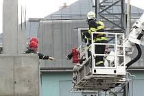 K pracovnímu úrazu došlo na stavbě jablonecké firmy Malina Safety kolem třetí hodiny odpoledne. Čtyřiapadesátiletý Polák propadl lešením o jedno patro.