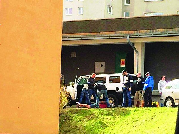 Mezi panelovými domy v ulici Liberecká a Na Vršku na jabloneckém sídlišti skončil ve čtvrtek před desátou ráno v poutech muž. Policisté jej podle svědců vytáhli z auta a spoutali. Šlo o jednu část razie, která probíhala na několika místech v Libereckém kr