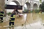 Následky přívaolového deště, který se přehnal ve středu odpoledne nad Jabloneckem, likvidovali i dobrovolní hasiči v Rychnově u Jablonce. Odčerpávali vodu ze zatopeného sklepa jednoho ze zdejších domů.
