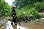 Ve čtvrtek po jedenácté se ve Smržovce spustil prudký déšť s krupobitím, které trvalo asi dvacet minut. Příval vody, valící se z louky nad tratí pod stanicí Dolní Smržovka, zavinil sesuv půdy. Na místě zasahovali drážní hasiči za pomoci nakladače.