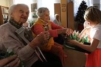 Seniorům bydlícím v Domě s pečovatelskou službou v Železném Brodě přišli představit svůj vánoční program předškoláci z Mateřské školy Stavbařů.