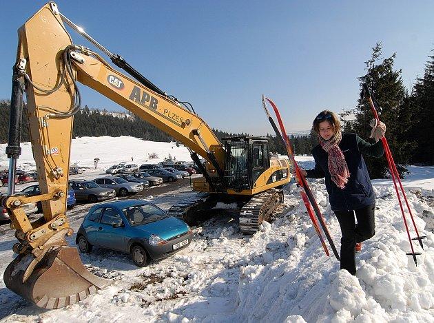 Těžká technika 12. února u osady Jizerka na Jablonecku. Podle Správy chráněné krajinné oblasti Jizerské hory porušili pořadatelé Světových pohárů v severské kombinaci v Liberci zákon o ochraně přírody.