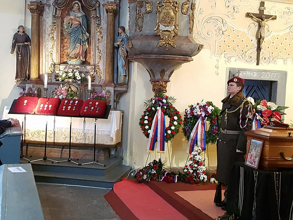 Pohřeb českého válečného veterána Jaroslava Mevalda proběhl ve středu 22. listopadu v Albrechticích v Jizerských horách.