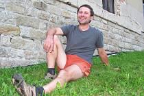 OD JEDENÁCTI LET JE U DOBROVOLNÝCH HASIČŮ. Pavel Kurfiřt je velitel jednotky SDH Těpeře. V zatáčce před svým domem vrátil plně do života mladého jezdce na čtyřkolce.