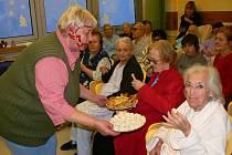 Věra Mikulová nabídla všem pacientkám a pacientům vánoční občerstvení. Toho připravili v nemocnici hned několik druhů, od sladkého až po slané, aby mohl ochutnat opravdu každý.