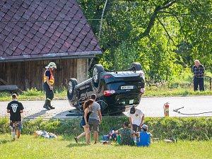 Havárie osobního automobilu se stala 20. července před šestou hodinou odpoledne v obci Leskov na Semilsku.