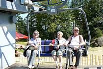 Čtyřsedačkovou lanovku na Špičák spouští provozovatel TJ Bižu Jablonec v létě vždy od pátku do neděle, přestože její provoz není ekonomický. Jde o servis pro turisty. Nahoru se dostanou rodiče s malými dětmi, méně pohybliví lidé i cyklisté s koly.