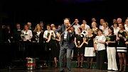 Při oslavách třicetin sboru se hudební skladatel Martin Hybler chopil místo klavíru houslí a sklidil obrovské i ovace posluchačů.