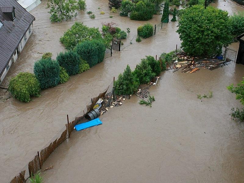 Srovnávací snímky postupující a ustupující bleskové povodně v Bílém Kostele.