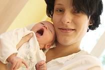 Vojtíšková Marcela, která porodila tisícáté miminko. Krom gratulací od vedení nemocnice, radnice i zdravotní pojištovny dostala i mnoho drobných pozorností a dárků.