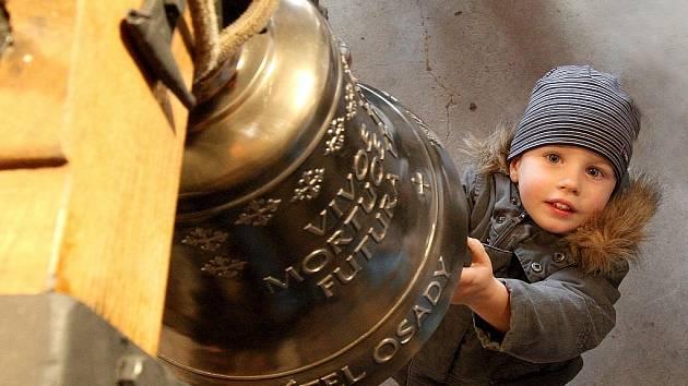 Po dlouhé rekonstrukci zvoničky v obci Střevelná došlo v sobotu i k zavěšení zbrusu nového zvonu, na který se složili občané. Na snímku Mikuláš Smolík.