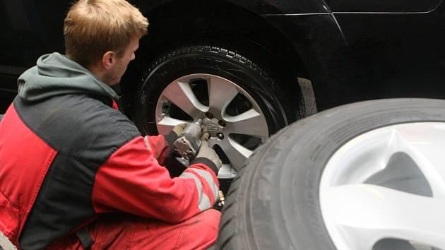 Ilustrační snímek výměna pneu.