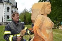 Řezbář finišující dřevěnou sochu do aukce Pod názvem Sympozium Desná 2019