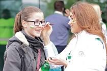 Na derby se v Jablonci připravovaly také ženy. Tváře mnoha fanynek ozdobily týmové barvy Baumitu.