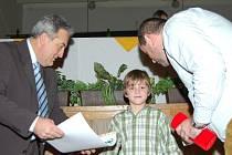 V kategorii minižáků ročník 1999 byl jako nejlepší vyhlášen Luboš Petržílka. Na snímku mu gratulují starosta Jablonce Petr Tulpa (vlevo) a 1. místopředseda FK Jablonec 97 Miroslav Pelta.