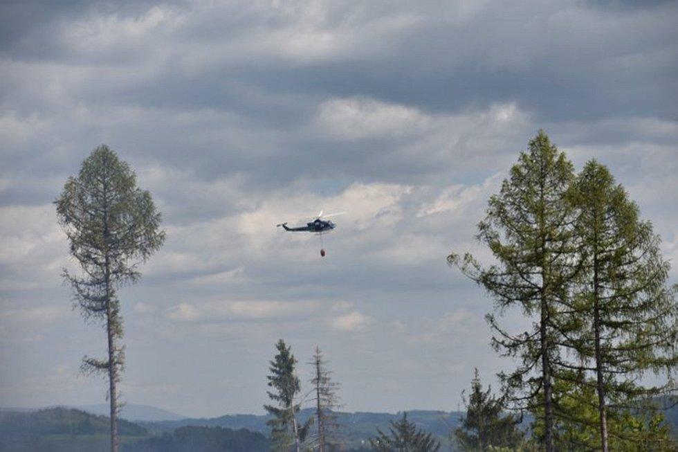 Hasiči bojují s požárem lesa na Malé Skále.