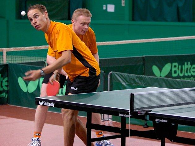 Stolní tenisté Slavoje Ústí nad Labem vyhráli první z duelů o postup do druhé ligy, nad jabloneckou Bižuterie 9:7. V prvním zápase nastoupila ke čtyřhře domácí dvojice Filip Švácha (vzadu) a Roman Svatoš.
