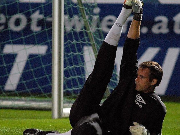 Brankář FK Jablonec 97 Michal Špit se rozcvičuje.