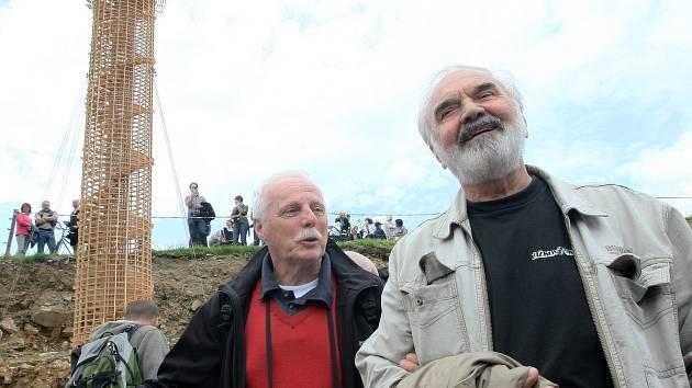 Petr Brukner a Zdeněk Svěrák na kontrolním dnu na stavbě muzea Járy Cimrmana, léto loňského roku