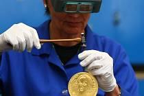 Z ražby kilové zlaté mince dle návrhu grafika Oldřicha Kulhánka