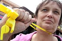 Loni píšťalkami odměnila Alena Rozsypalová z Asociace rodičů a přátel zdravotně postižených dětí v ČR, každé vystoupení na podiu.