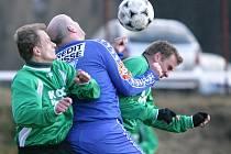 Lučany získaly první jarní body. Porazily Ruprechtice (v modrém) 1:0.