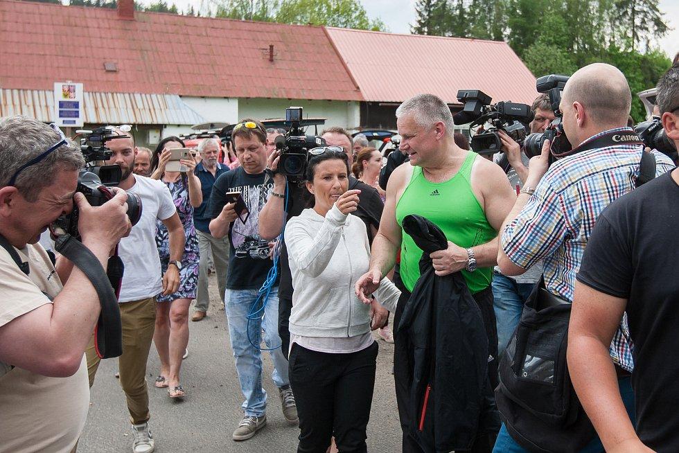 Jiří Kajínek, odsouzený vrah, míří 23. května po 23 letech na svobodu z věznice v Rýnovicích v Jablonci nad Nisou díky milosti, kterou mu udělil prezident Miloš Zeman. Na snímku je Jiří Kajínek po jeho propuštění doprovázen davem příznivců a novinářů.