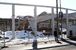 Po nárazu bagru se stavba OBI zřítila jako domek z karet. Nikomu se naštěstí nic nestalo.