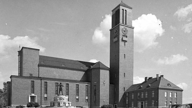Metznerova kašna na Horním náměstí i s Rüdigerem.