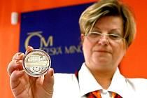Pět set kusů stříbrných medailí ve špičkové kvalitě emitovala jablonecká Česká mincovna ke 135. výročí zahájení provozu první pražské tramvaje.