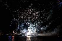 Jablonecký ohňostroj na přehradě a lampionový průvod pod vedením mažoretek Jablonecká jablíčka.