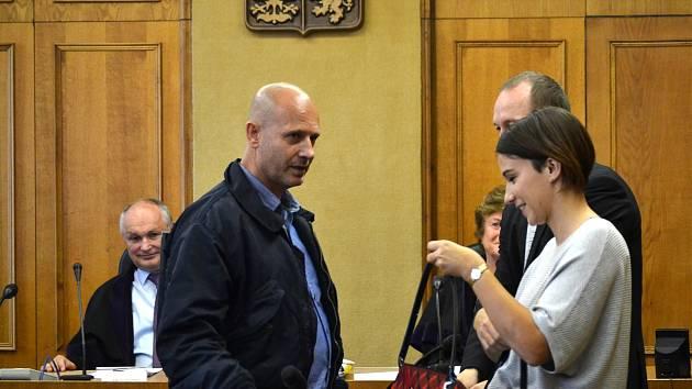 Krajský soud v Praze zprostil obžaloby Pavla Šrytra (na snímku s obhájkyní Karolínou Babákovou) a Jána Kaca, protože se podle něj neprokázalo, že skutek spáchali.