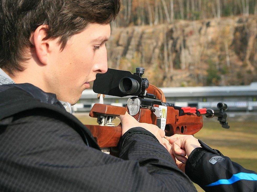 V jabloneckých Břízkách vyzkoušeli sportovci z různých odvětví střelbu na biatlonové terče ve střeleckém areálu Ski Klubu Jablonec. Hlavní dozor nad střelbou měla reprezentantka Veronika Vítková. Na snímku Ondřej Polívka - moderní pětiboj.