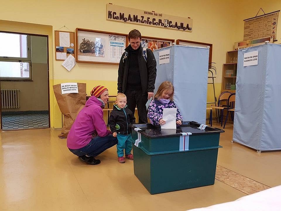 Voliči chodili volit i druhý den.