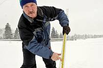JE BEZPEČNÝ? Hrázný Jiří Chmelař měří v zimě led jablonecké přehrady pravidelně. V polovině ledna měl 27 centimetrů, ale jako tradičně je dvouvrstvý.