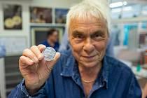 Jan Saudek při ražbě medaile.