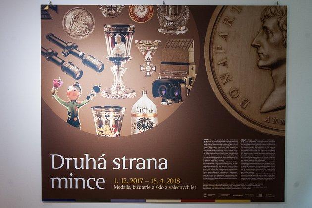 Instalace výstavy Druhá strana mince proběhla 22. listopadu v Muzeu skla a bižuterie v Jablonci nad Nisou.