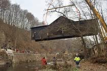 Most v Bystré instalují zpět nad řeku