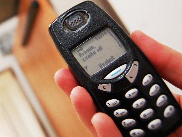 Mobilní telefon za volant nepatří. Ilustrační snímek.