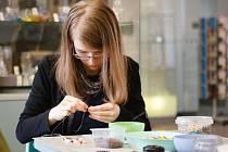 V jabloneckém Muzeu skla a bižuterie si mohli zájemci vyrobit barevný růženec