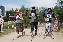 Recesistický závod na lyžích kolem jablonecké přehrady Prasoloppet