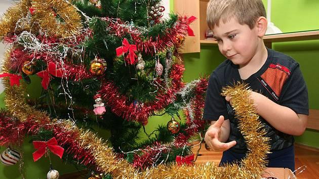 Zdobení vánočního stromku. Ilustrační snímek.
