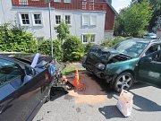 Řidič vlivem nepřiměřené rychlosti vyjel do protisměru, kde se čelně střetl s protijedoucím vozidlem.