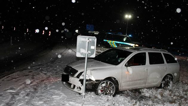 Řidič vlivem nepřiměřené rychlosti na namrzlé vozovce v Rychnově u Jablonce nad Nisou nezvládl řízení a havaroval.