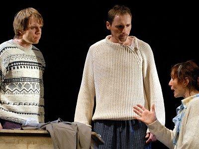 NOVÁ INSCENACE. Syny Willyho Lomana hrají (zleva) Tomáš Impseil a Martin Stránský, jejich matku Štěpánka Prýmková.
