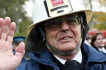 Jan Šefr. Po dvaatřiceti letech odchází do důchodu profesionální hasič Jan Šefr. Kolegové na něj připravili milé rozloučení.
