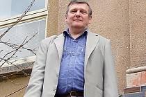 Ředitel rychnovské školy Jiří Hanyš před základní školou